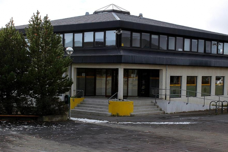 Körfuboltavöll fyrir utan Frístundamiðstöðina Miðberg