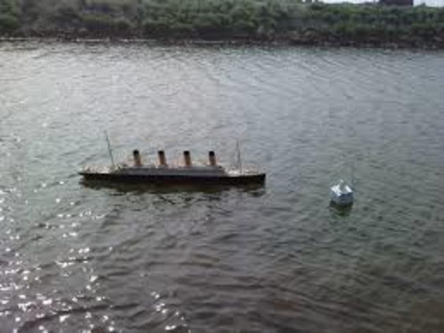 Módel skip á Stóra-lóni
