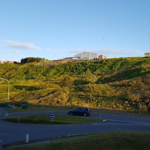 Göngustíg úr Bryggjuhverfinu upp á Höfða