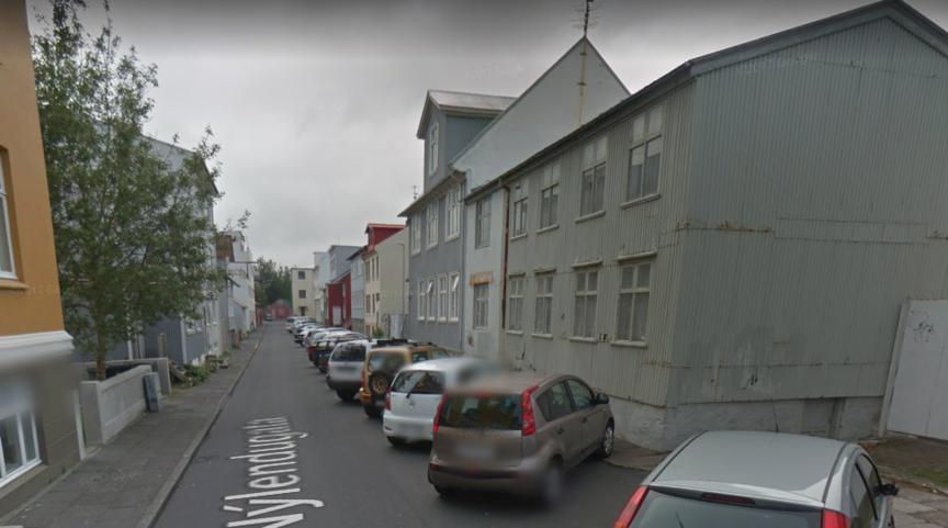 Gera breiða gangstétt á Nýlendugötu alla leið