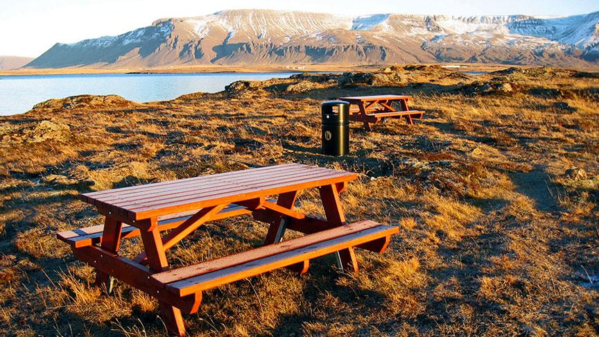 Útiborð og bekki við Fólkvang