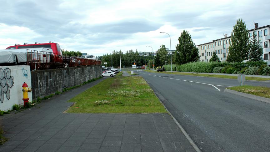 Samfelld gangstétt við fyrirtækjagötu við Hraunbæ 102