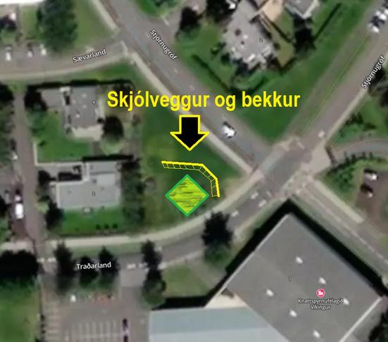Skjólveggur og bekkur við æfingatækin í Traðarlandi