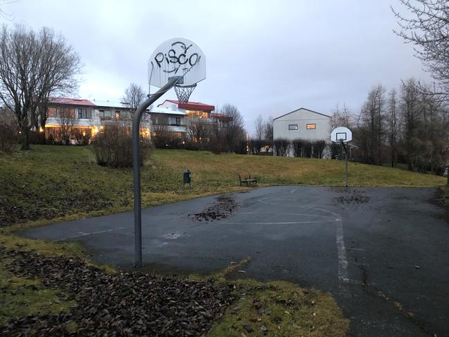 Nýtt undirlag á körfuboltavöll við Fossvogsveg