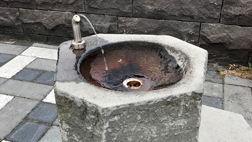 Drykkjarbrunnur við göngustíg