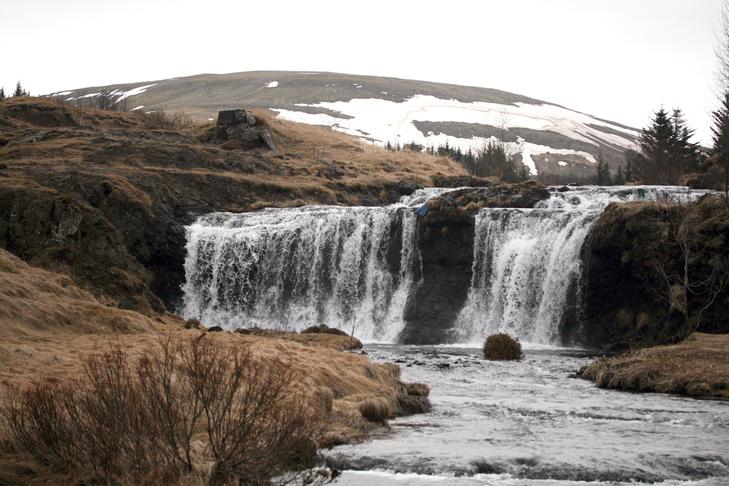 Bekki við göngustíg ofan við Álafoss