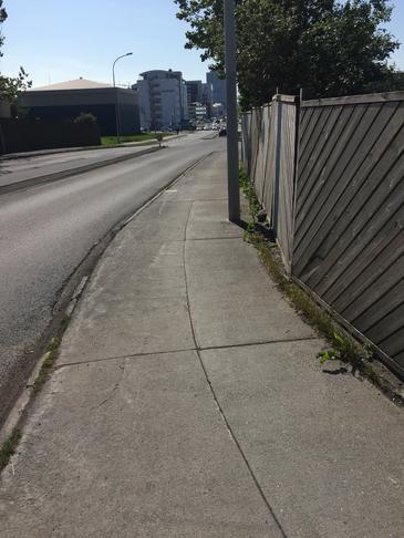 Breikka gangstétt við horn Sundlaugavegar og Laugarnesvegar