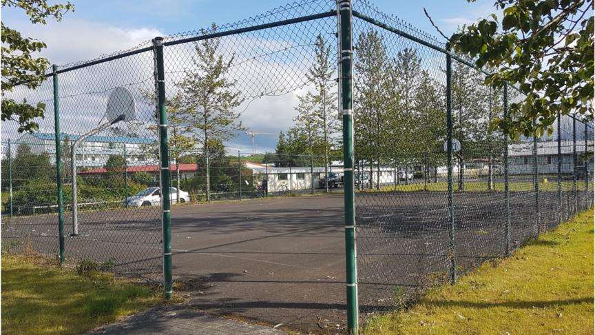 Endurbæta körfuboltavöll við Völvufell