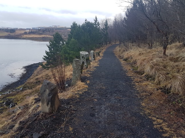 Bekkir við göngustíg við norðanverðan Grafarvog.