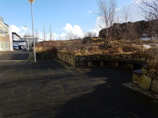 Göngugatan: Laga bekki og gróður