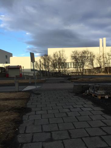Gangbraut yfir Háaleitisbraut við Æfingastöðina/strætóskýlið