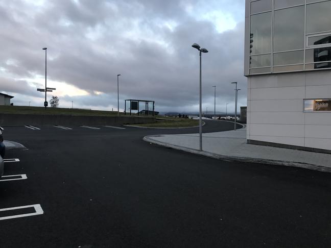 Loka afrein / aðrein frá og að Krónunni við Þingmannaleið.