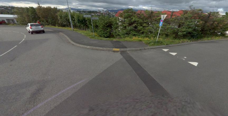 Taka niður gangstétt við gatnamót Laufbrekku og Lyngbrekku