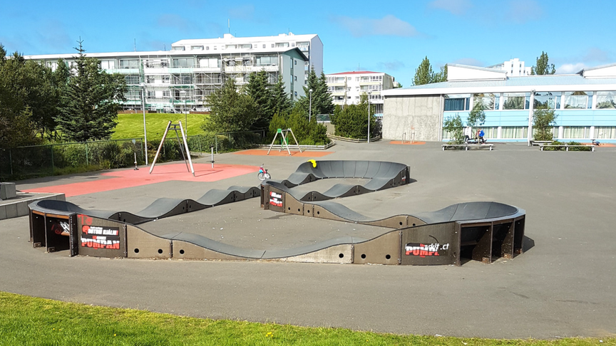 Hjólabraut við leiksvæði og skóla