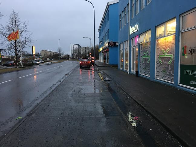 Staurar til ad halda bílum af gangstétt við Faxafen