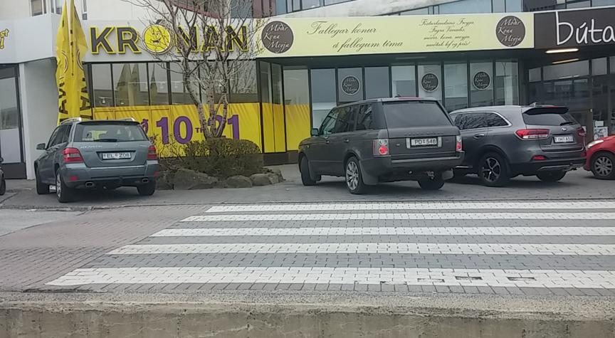 Setja staura hjá gangbrautum í Hamraborg