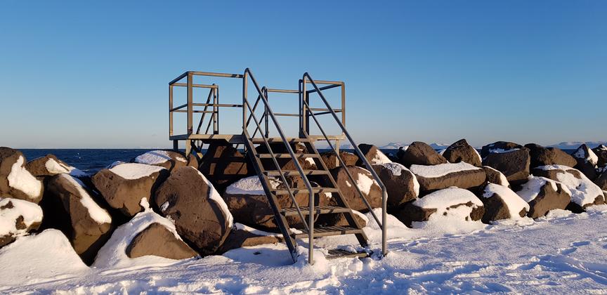 Tröppur á sjóvarnargarð