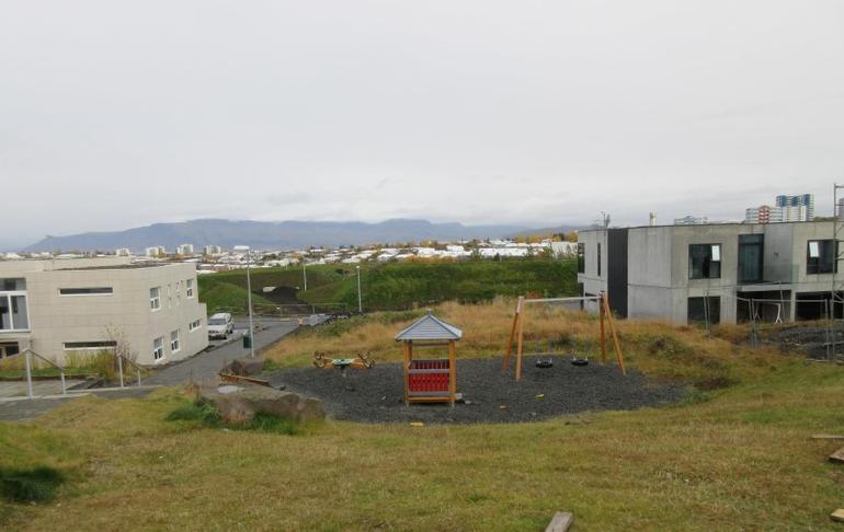 Lagfæra og bæta leikvöll við Þrúðsali. Hugmynd af íbúafundi.