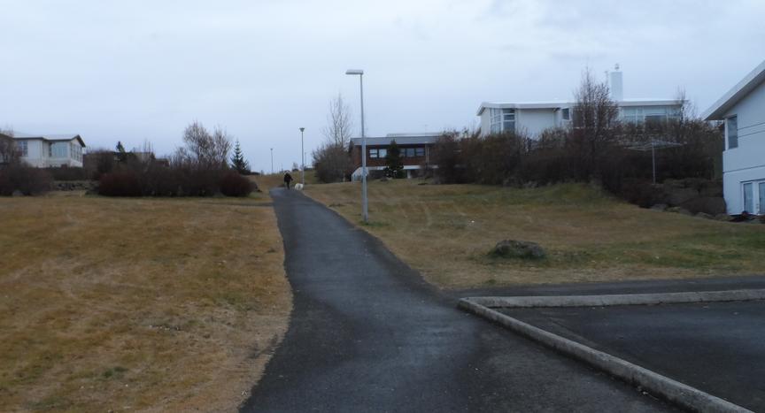 Göngustígur frá Smáraskóla og upp á Nónhæð.