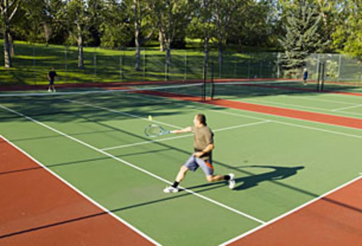 Tennis völlur fyrir aftan Valhúsaskóla